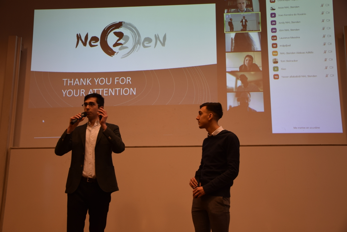 Etudiants qui présentent leur projet